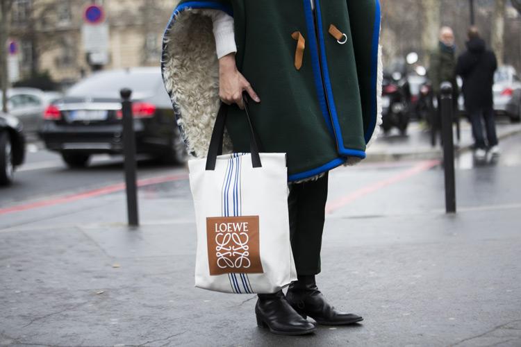 Модель в пальто, сумка тоут