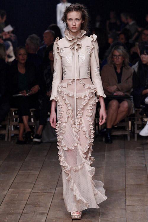 Модель в платье Alexander-McQueen