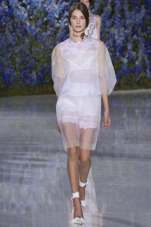 Модель в платье от Dior