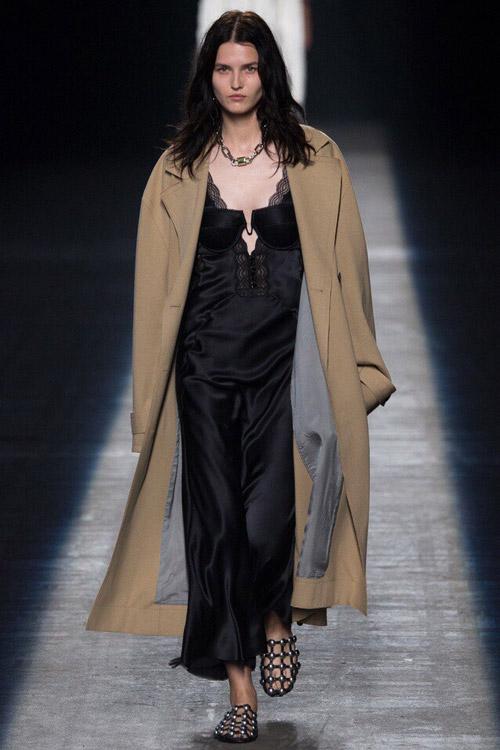Модель в платье-сорочке от Alexander-Wang