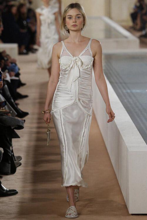 Модель в платье-сорочке от Balenciaga-2