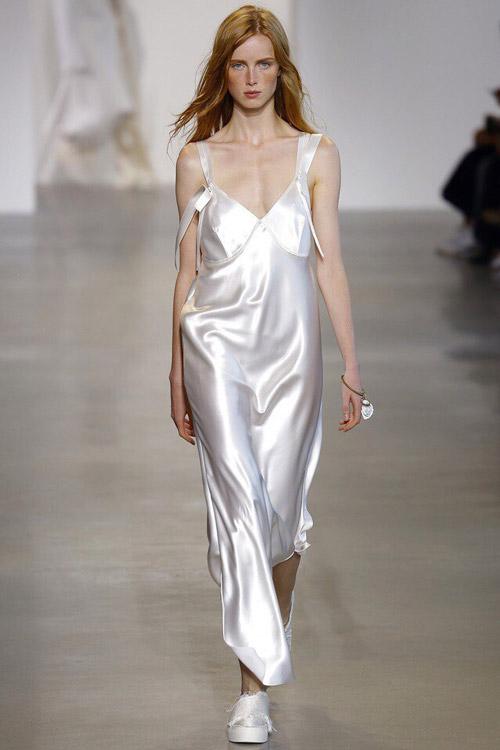 Модель в платье-сорочке от Calvin-Klein