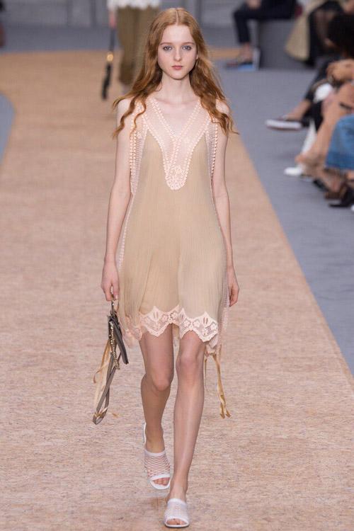 Модель в платье-сорочке от Chloe