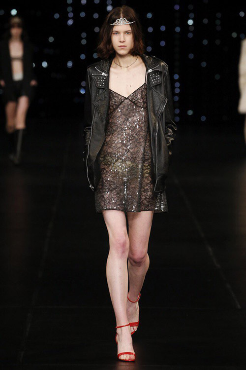 Модель в платье-сорочке от Saint-Laurent