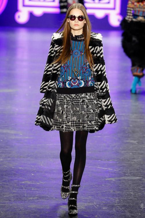 Модель в полосатой шубе Anna Sui - тенденции зима 2017