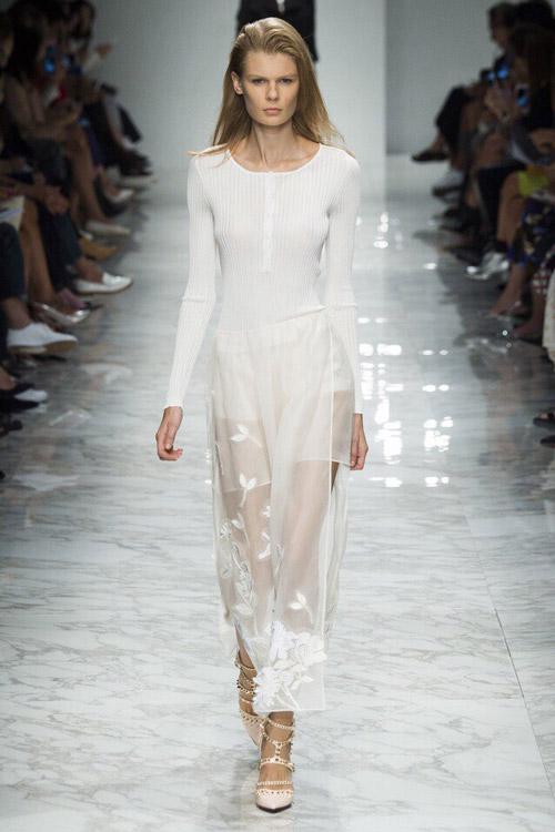 Модель в полупрозрачном платье от Blumarine