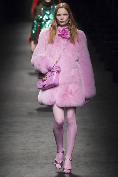 Модель в розовой шубе от Gucci - тенденции зима 2017