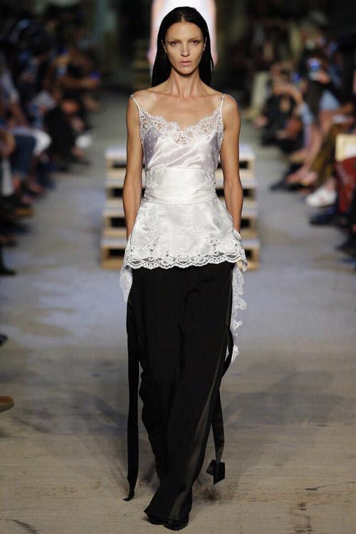 Модель в шелковом топе от Givenchy