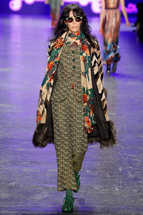 Модель в шубе Anna Sui с принтом - тенденции зима 2017