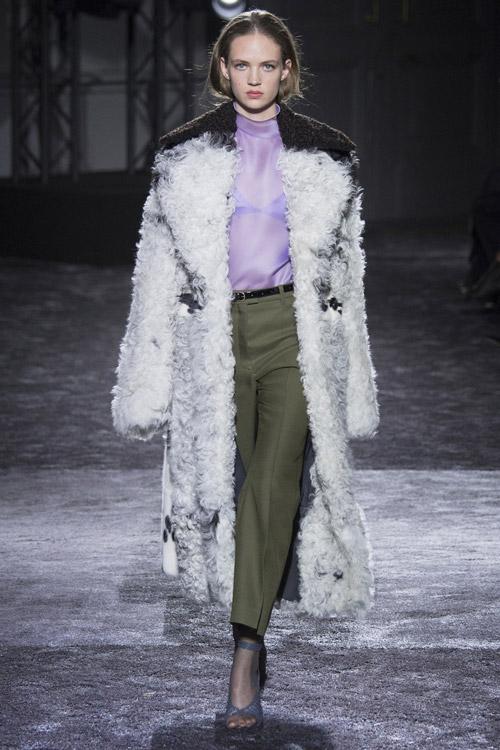 Модель в шубе от Nina Ricci - тенденции зима 2017