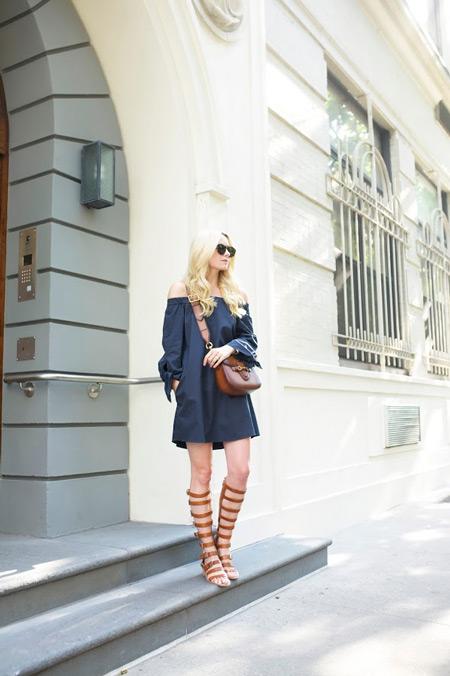 Модель в синем платье, коричневые сандалии гладиаторы и сумка