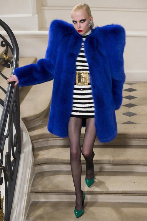 Модель в синей шубе от Saint Laurent - тенденции зима 2017