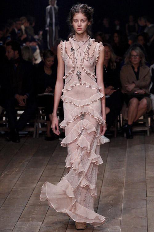 Модель в светлом платьем Alexander-McQueen-2
