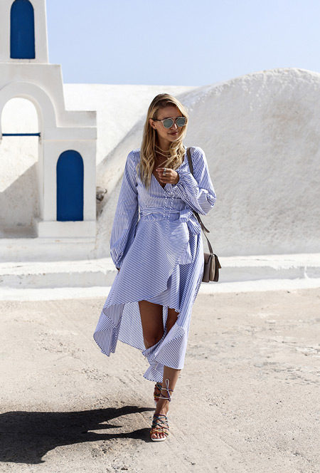 Модель в светлом полосатом платье и сандалиях