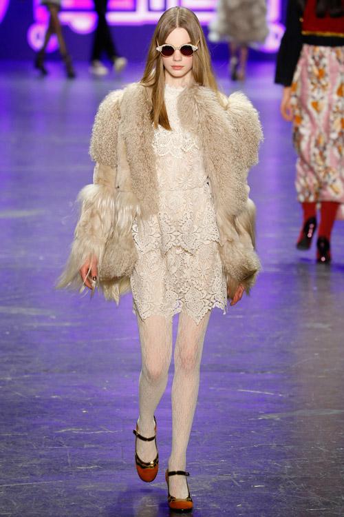 Модель в светлой шубе Anna Sui - тенденции зима 2017