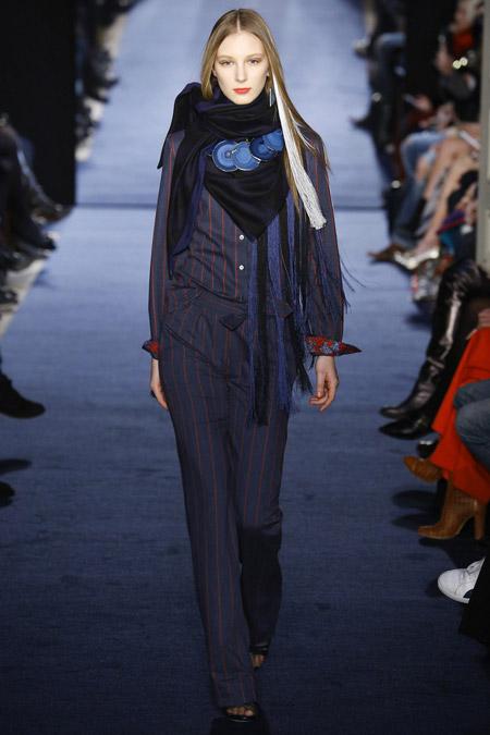 Модель в темном шарфе Alexis-Mabille-(2)