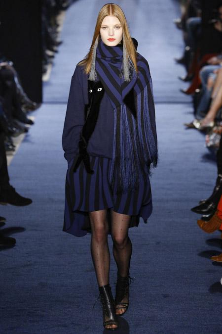 Модель в темном шарфе Alexis-Mabille-(3)