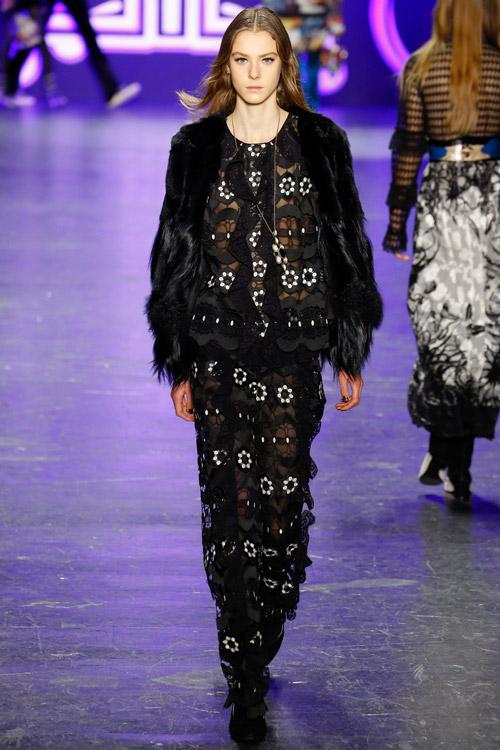 Модель в темной шубе Anna Sui - тенденции зима 2017