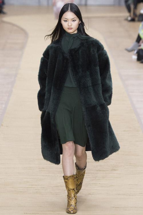 Модель в темной шубе Chloe - тенденции зима 2017