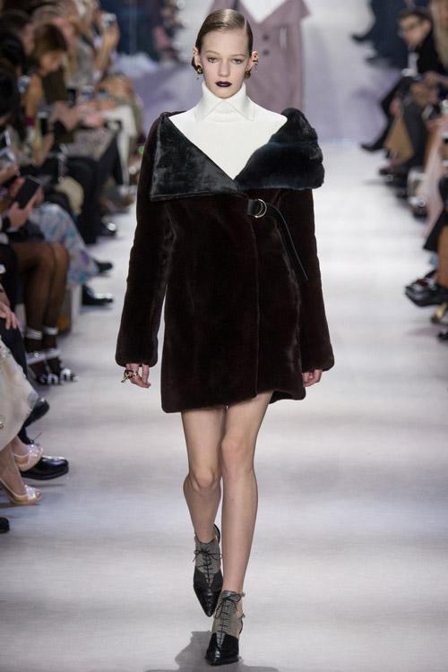 Модель в темной шубе от Christian Dior - тенденции зима 2017