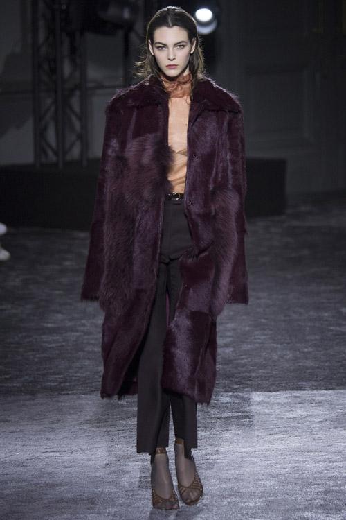 Модель в темной шубе от Nina Ricci - тенденции зима 2017