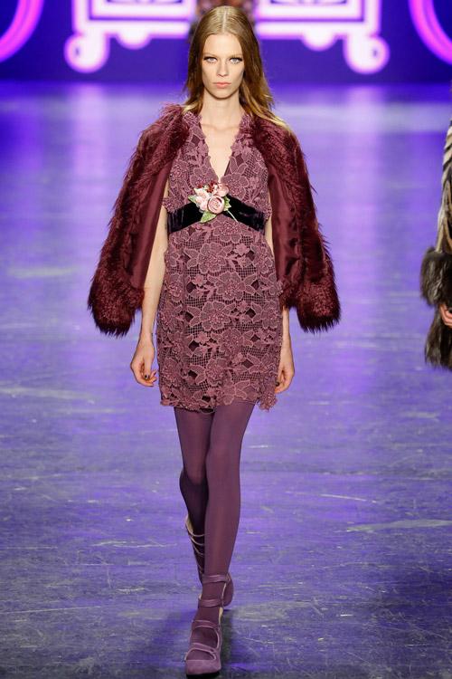 Модель в винной шубе Anna Sui - тенденции зима 2017