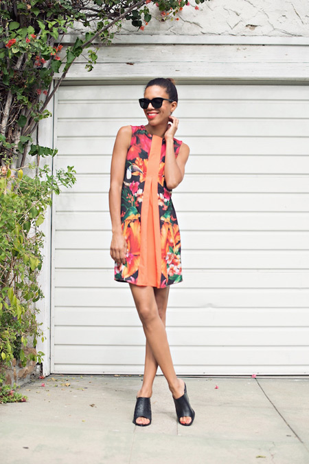 Модель в ярком платье с тропическим принтом