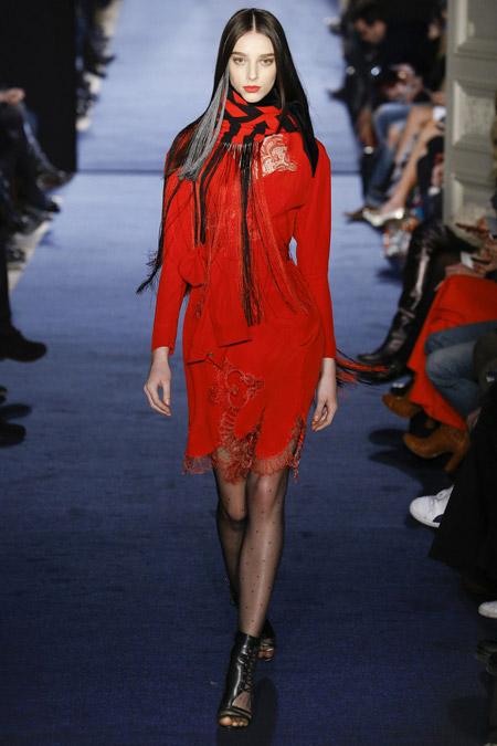 Модель в ярком шарфе Alexis-Mabille
