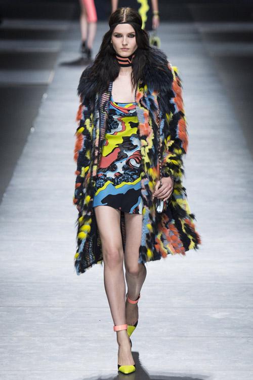Модель в яркой шубе от Versace - тенденции зима 2017