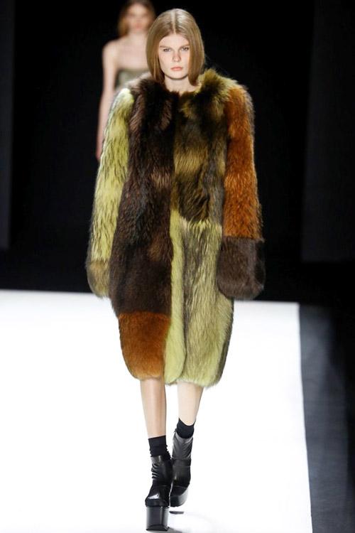 Модель в зелено-коричневой шубе от Vera Wang - тенденции зима 2017
