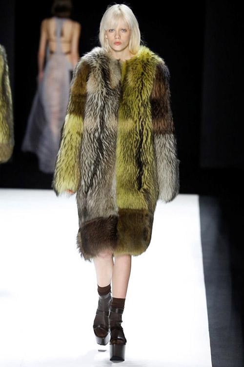 Модель в зелено-серой шубе от Vera Wang - тенденции зима 2017