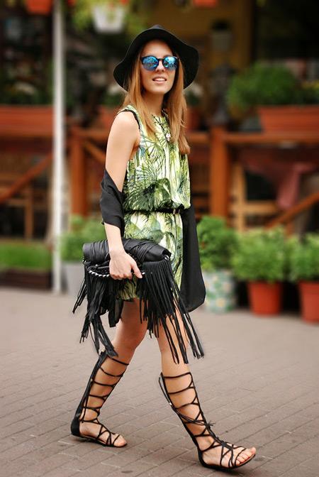 Модель в зеленом летнем платье, черная шляпа, сумка и сандалии гладиаторы