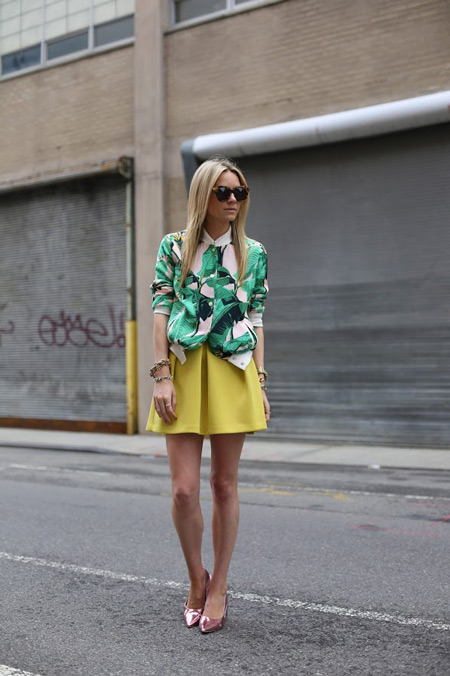 Модель в желтой юбке и ьело-зеленой блузе