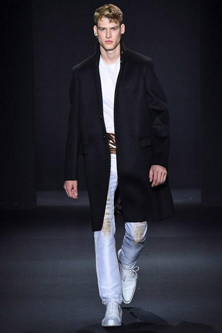 Мужчина в черном пальто прямого кроя от Calvin Klein