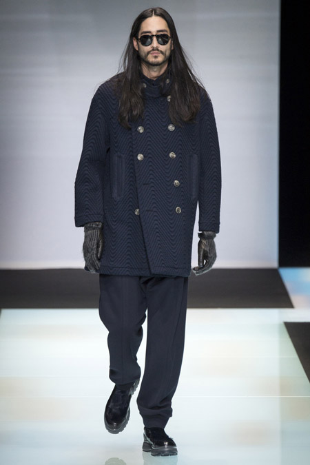 Мужчина в коротком пальто с узором от Giorgio Armani
