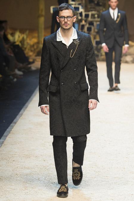 Мужчина в пальто с узором от Dolce & Gabbana