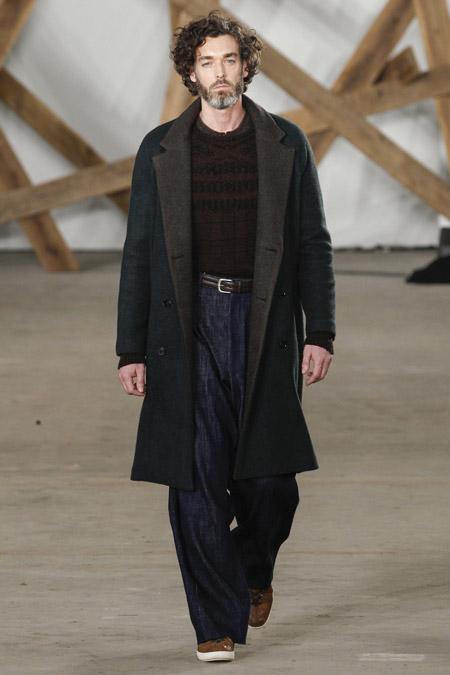 Мужчина в темном пальто с подкладом от Billy Reid