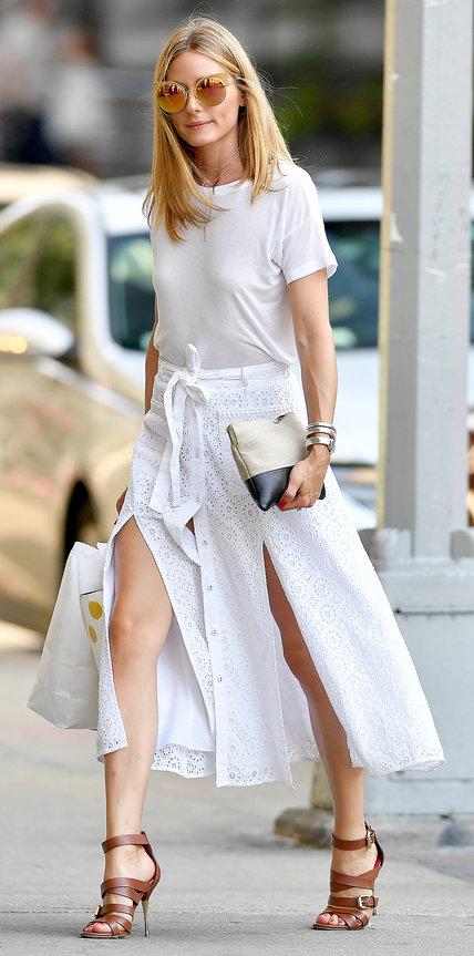 Оливия Палермо в белой юбке и футболке