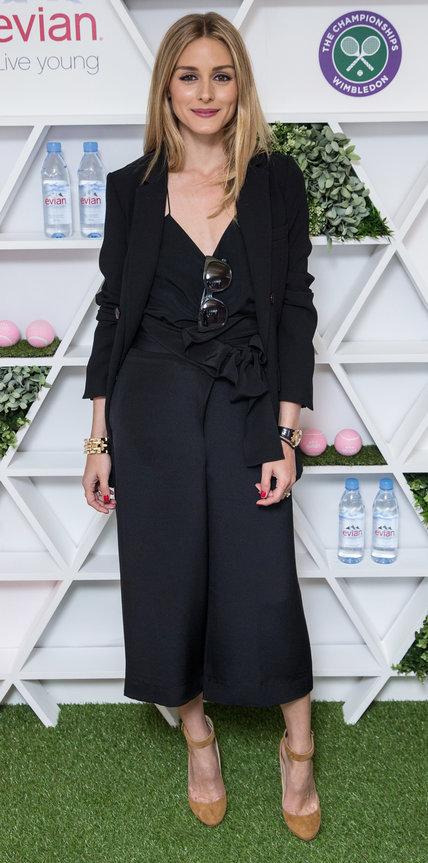 Оливия Палермо в черной юбке-брюках и жакете