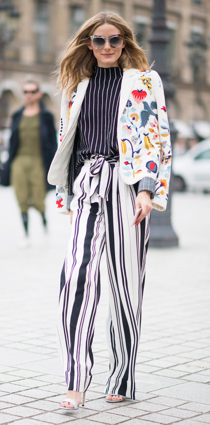Оливия Палермо в полосатом топе и широких брюках
