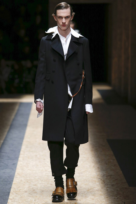 Парень в черном пальто от Prada