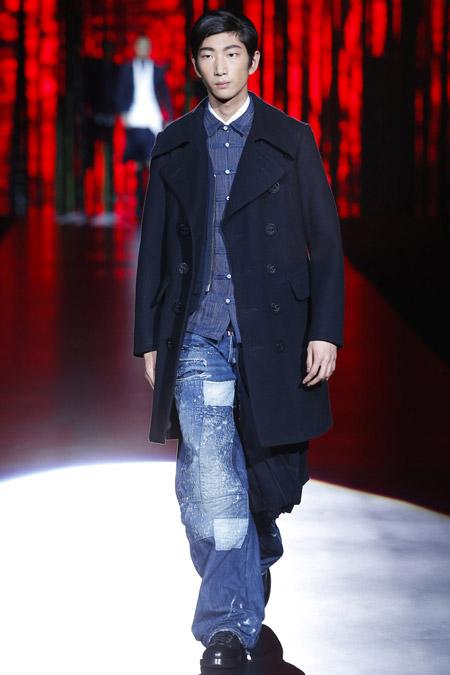 Парень в синем пальто выше колен от Dsquared2