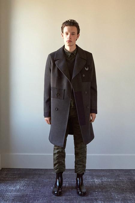 Паркнь в пальто со вставками выше колен от John Galliano