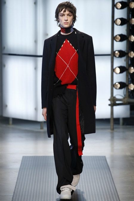 Парнь в черном классическом пальто от MSGM