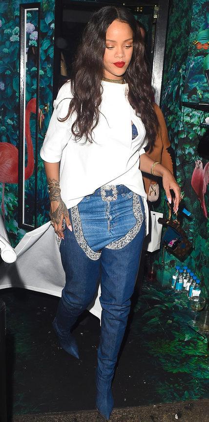 Рианна в высоких джинсовых сапогах и белой футболке