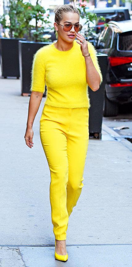 Рита Ора в желтых брюках и кофте