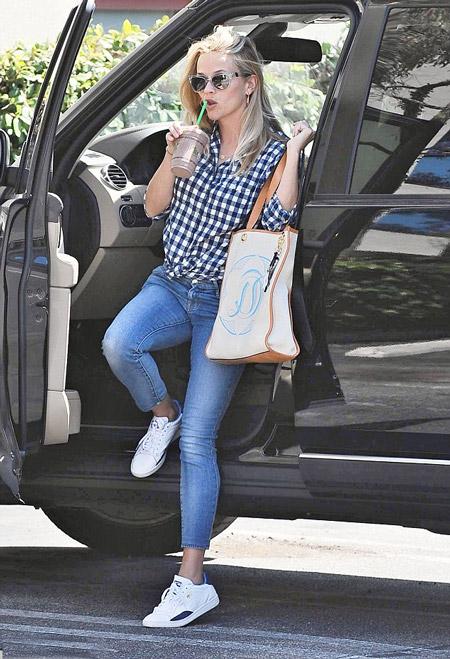 Риз Уизерспун в джинсах, клетчатой рубашке и с сумкой тоут