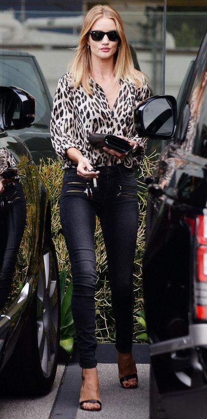 Роузи Хантингтон-Уайтли в джинсах скинни и леопардовой блузке