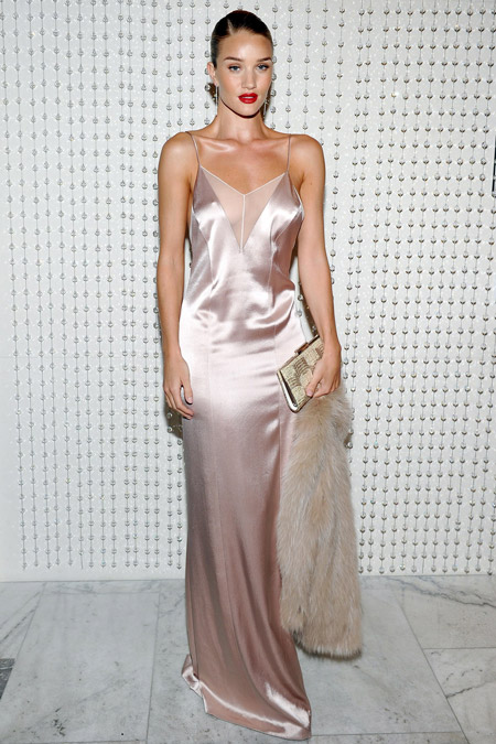 Рози Хантингтон Уайтли в платье-сорочке