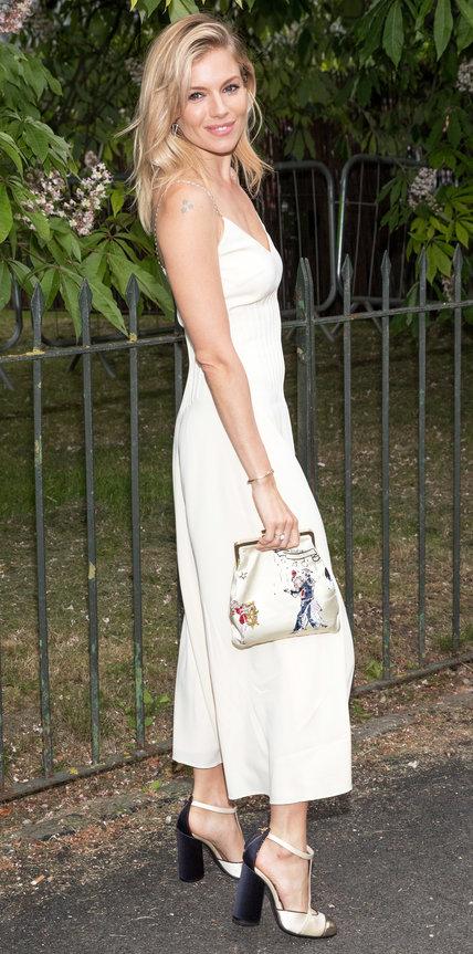 Сиенна Миллер в белом шелковом платье